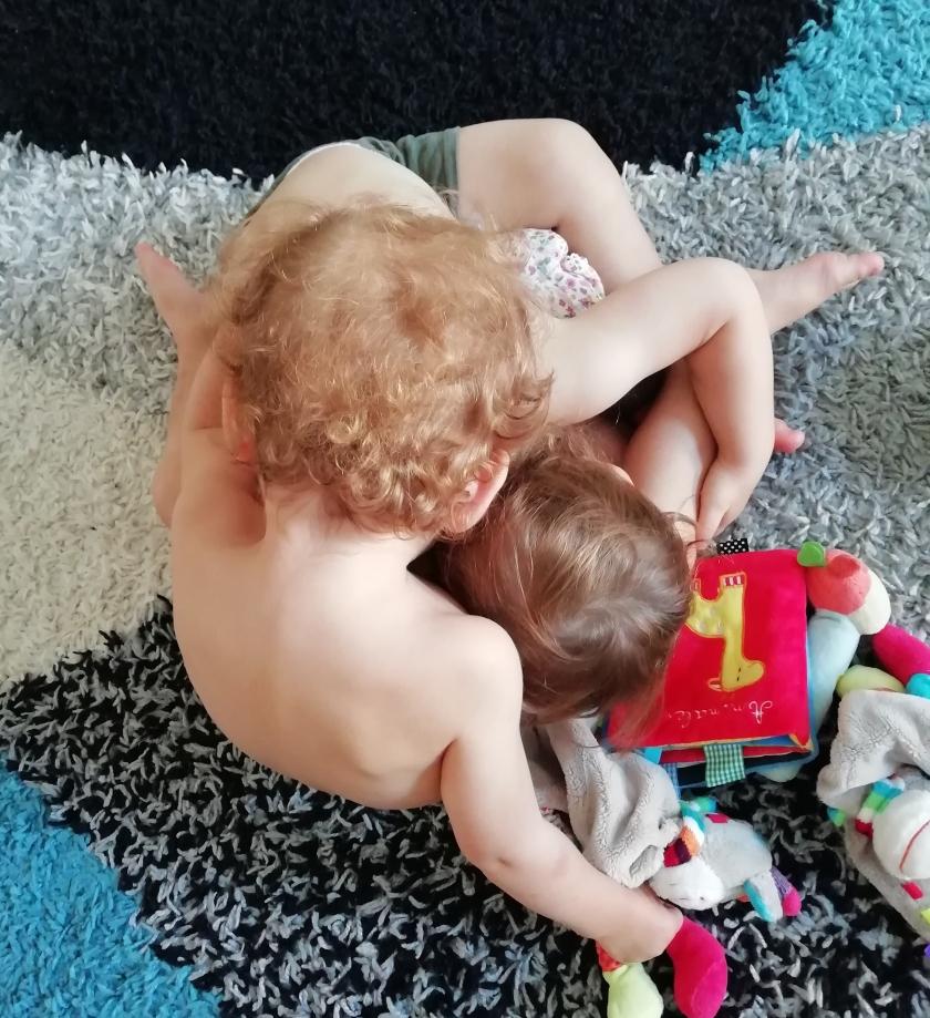 Bruno y Leo abrazándose