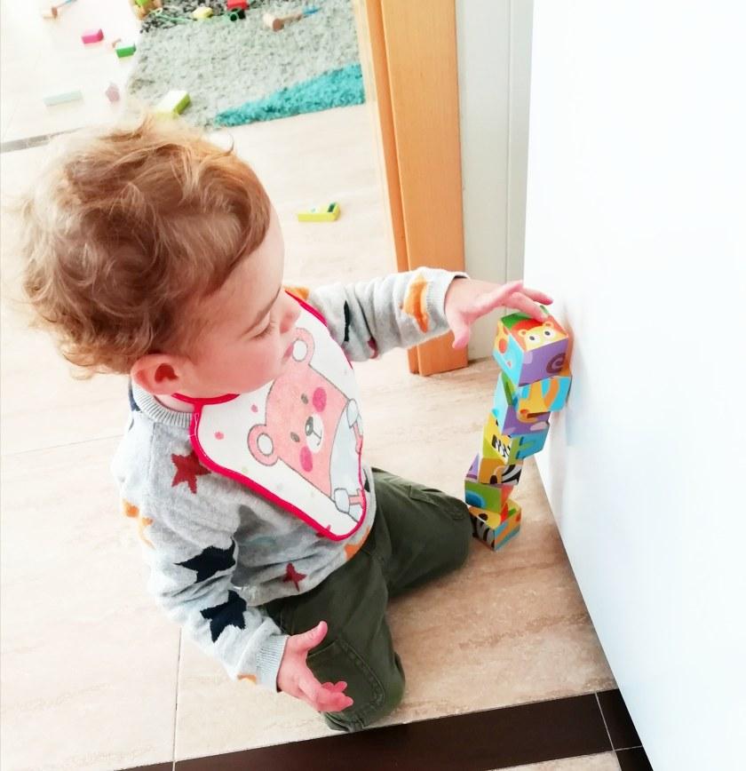 Bruno construyendo con bloques