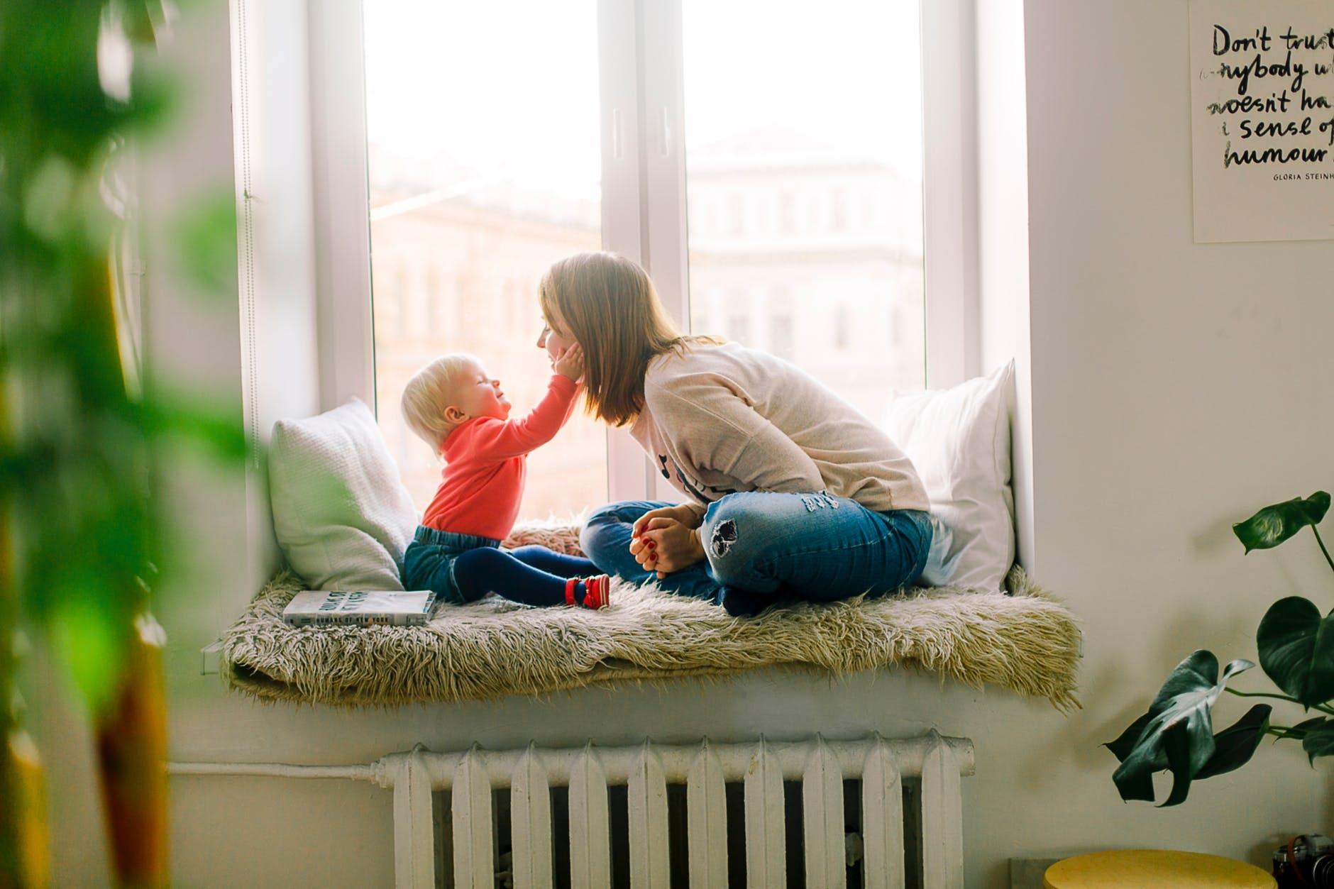madre con su bebe en la ventana