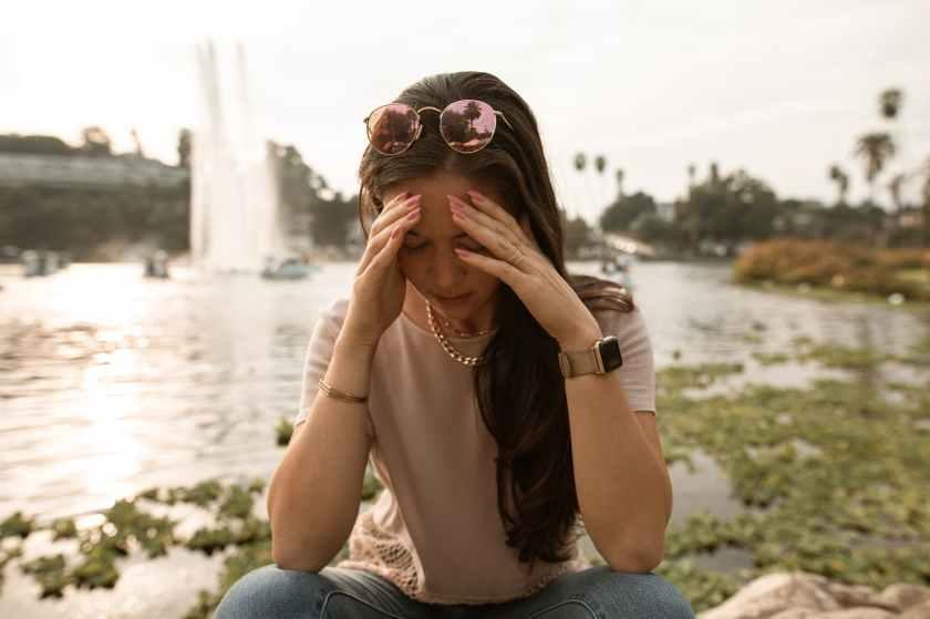 Mujer estresada por un dilema moral
